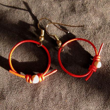 Anneaux de bois et cuir rouge