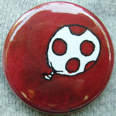Badge Ballon Rouge 5 pois