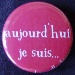 .Badge Aujourd'hui je suis - Rouge