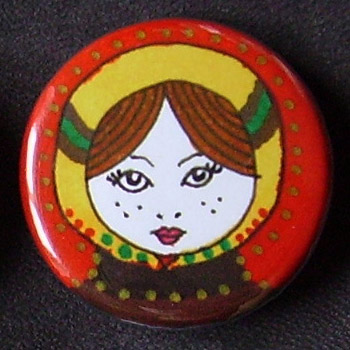 Badge Poupées Russes - Rouge & Jaune