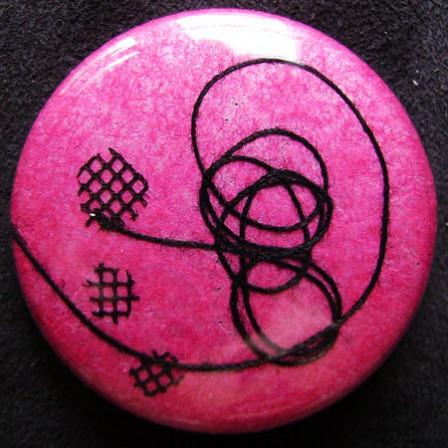 Badge Crépitement Noir sur Rose Soie