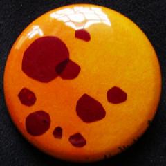 Badge Pastilles Rouges sur Soleil