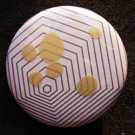 Badge Hexagone Pastilles d'Or