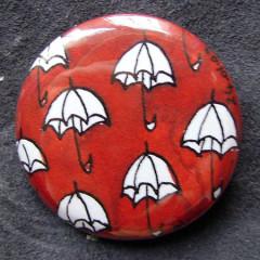 Badge Petits Parapluies Rouges