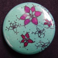 Badge Fleurs Fushia et Turquoises