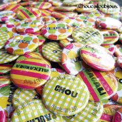 """Mariage """"Couleurs Flashy"""", badges personnalisés de Julia & Mehdi"""