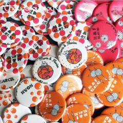 """Mariage """"Orange Tour du monde"""", badges personnalisés de Marie & Flavien"""