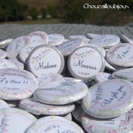 """Mariage """"Champêtre & Liberty"""", badges personnalisés de Karine & Xavier"""