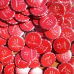 """Mariage """"Rouge & Gris"""", badges personnalisés de Amaury & Guillaume"""