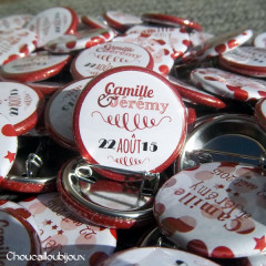 """Mariage """"Rouge, Blanc, Étoiles"""", badges personnalisés de Camille & Jérémy"""