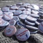 Badges mariage personnalisés Laurie & Alexandre - Bleu, Rouge, Chevrons