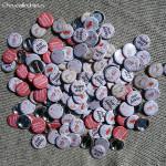 """Mariage """"Corail & Beige"""", badges personnalisés de Nathalie & Stéphane"""