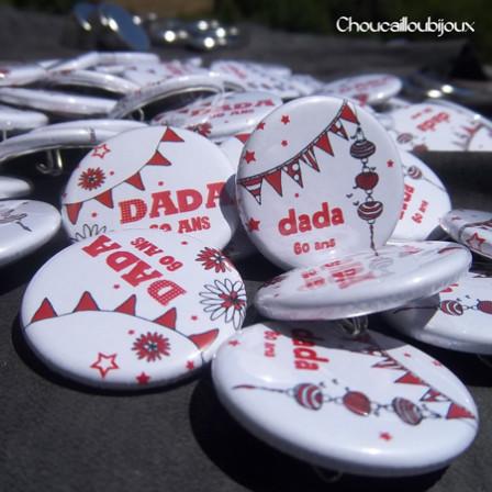 Badges Personnalisés Anniversaire Dada - Fanions & Lampions Rouges