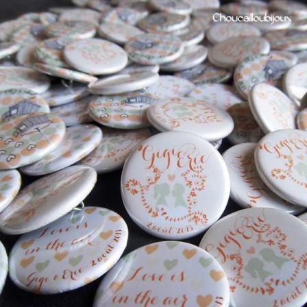"""Mariage """"Corail & Vert d'eau"""", badges personnalisés de Gigi & Eric"""