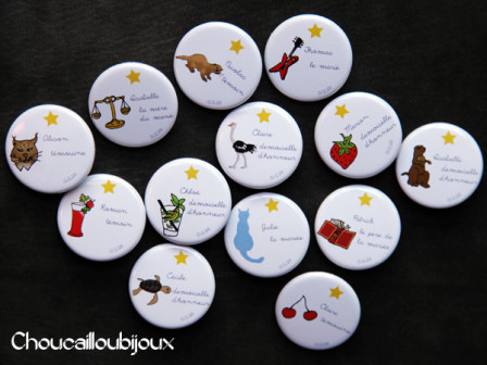 et pour leur tmoins julie thomas avaient prvu plein de jolies surprises dont des badges pices uniques sur mesure pour chacun - Badges Personnaliss Mariage