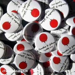 """Mariage """"Rouge & Gris"""", badges personnalisés de Dorothée & Yann"""