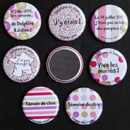 """Mariage """"Humour & Liberty"""", badges personnalisés de Delphine & Julien"""